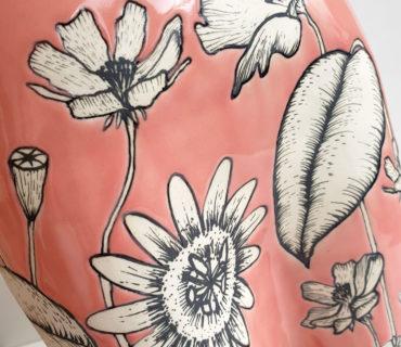 Fleurs dessinées sur fond rose
